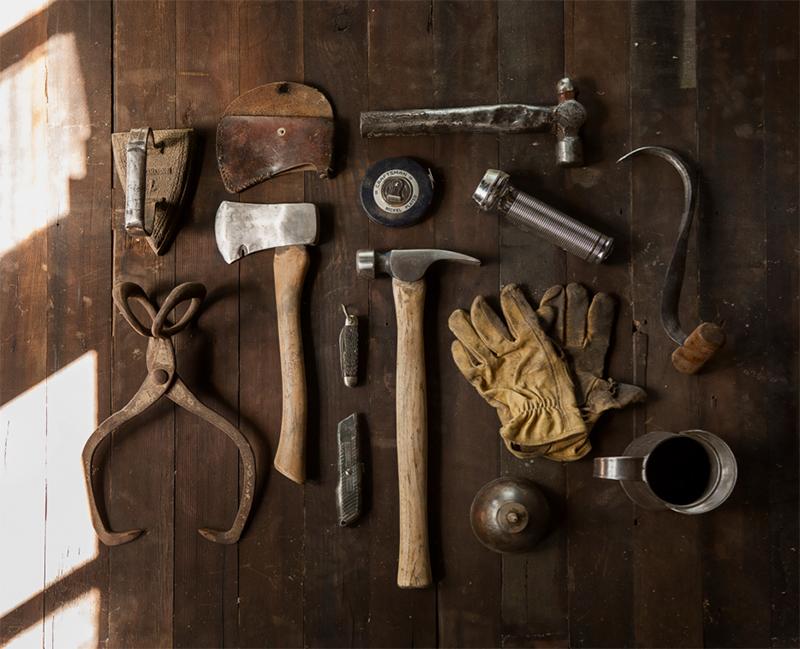 Content Marketing Tools symbolisiert durch Werkzeuge