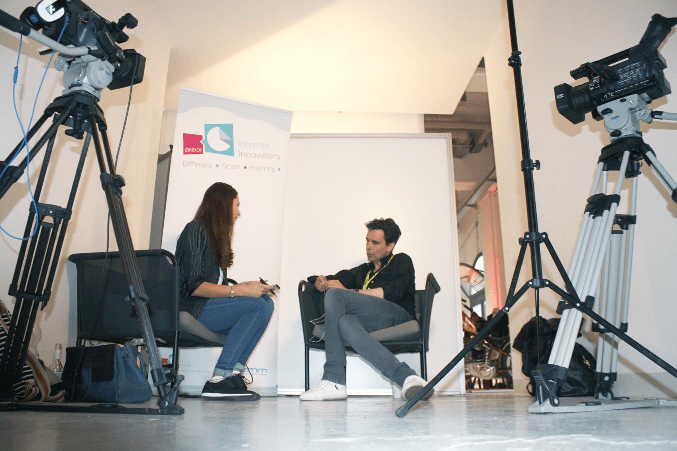 Moderatorin Anja Lange interviewt gleich einen Gast.
