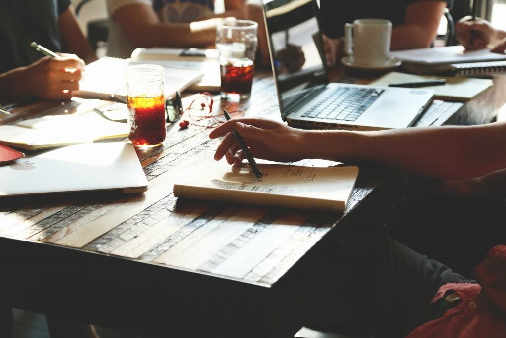 Schreibtisch eines Start-Up Büros
