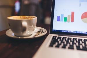 Schreibtisch mit Desktop und Kaffee