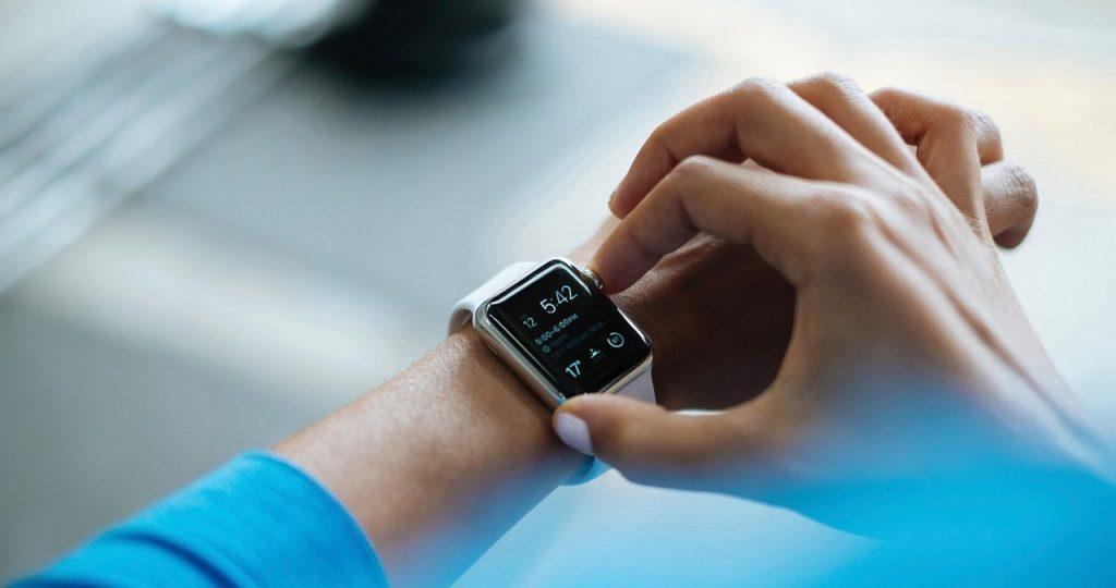 Auf diesem Bild ist ein Handgelenk mit einem Wearable zu sehen